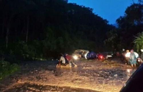 Quốc lộ 7 sạt lở nghiêm trọng sau trận mưa lớn - Ảnh 1