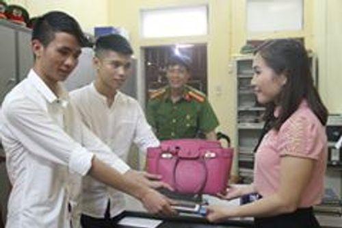 Khen thưởng 2 học sinh trả lại túi xách cho cô giáo đánh rơi - Ảnh 1