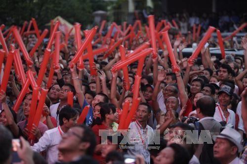 Đảng của bà San Suu Kyi thắng lớn đợt kiểm phiếu đầu  - Ảnh 1