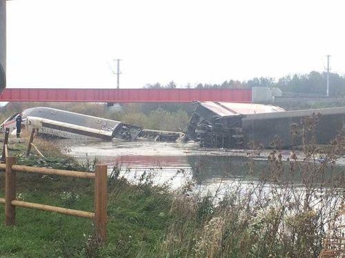 Pháp: Tàu cao tốc trật bánh, hơn 40 người thương vong - Ảnh 2