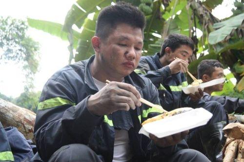 Vụ sập mỏ than ở Hòa Bình: Vị trí tìm kiếm còn cách nạn nhân khoảng 40m - Ảnh 5