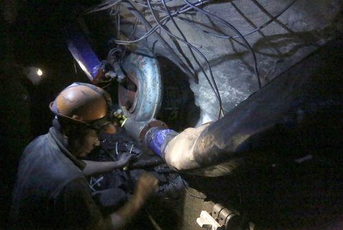 Vụ sập mỏ than ở Hòa Bình: Vị trí tìm kiếm còn cách nạn nhân khoảng 40m - Ảnh 4