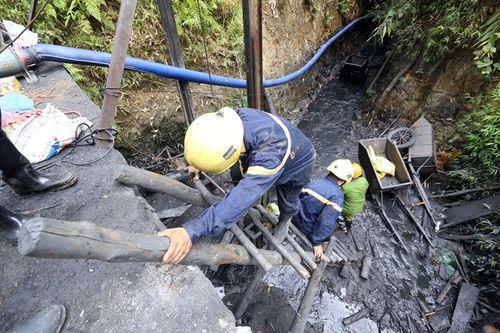 Vụ sập mỏ than ở Hòa Bình: Vị trí tìm kiếm còn cách nạn nhân khoảng 40m - Ảnh 6