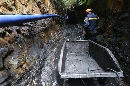 Vụ sập mỏ than ở Hòa Bình: Vị trí tìm kiếm còn cách nạn nhân khoảng 40m - Ảnh 9