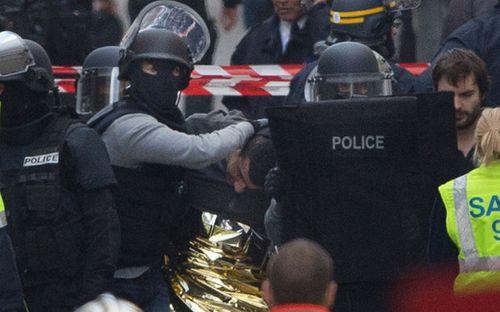 """""""Chủ mưu"""" tấn công Paris thản nhiên uống rượu, hút cần sau sau thảm kịch - Ảnh 2"""
