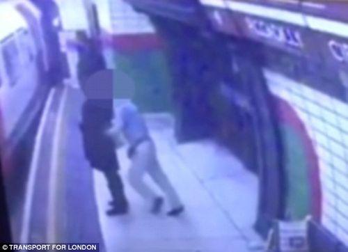 Sốc với hình ảnh cô gái Hồi giáo bị đẩy vào tàu đang chạy - Ảnh 1