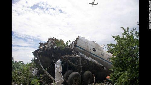 """Vụ máy bay rơi ở Nam Sudan: Em bé sống sót nhờ mẹ """"ném"""" qua cửa sổ máy bay - Ảnh 1"""