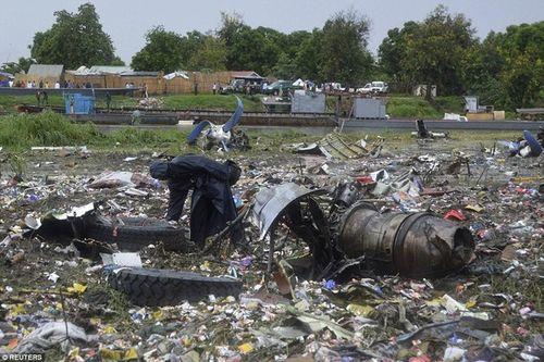 """Vụ máy bay rơi ở Nam Sudan: Em bé sống sót nhờ mẹ """"ném"""" qua cửa sổ máy bay - Ảnh 3"""