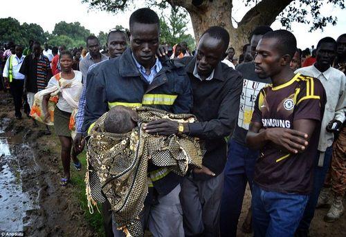 """Vụ máy bay rơi ở Nam Sudan: Em bé sống sót nhờ mẹ """"ném"""" qua cửa sổ máy bay - Ảnh 4"""