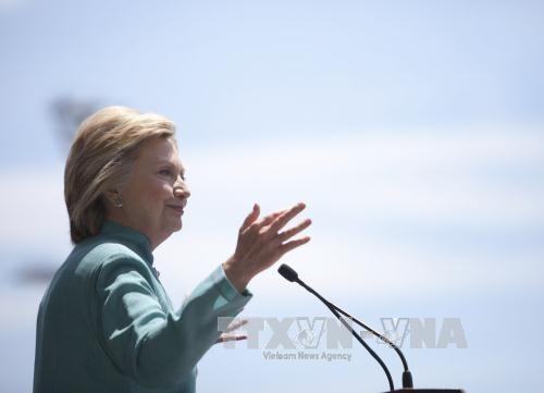 Bà Clinton vẫn chưa yên sau quyết định của FBI - Ảnh 1