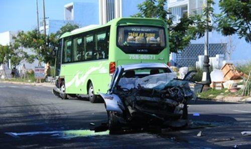 Xe khách tông ô tô 4 chỗ, 4 người bị thương nặng - Ảnh 1