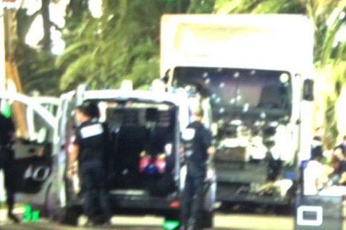 Hiện trường vụ xe tải lao kinh hoàng vào đám đông đúng dịp Quốc khánh Pháp - Ảnh 3