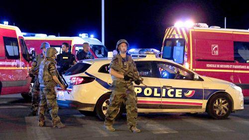 Hiện trường vụ xe tải lao kinh hoàng vào đám đông đúng dịp Quốc khánh Pháp - Ảnh 4