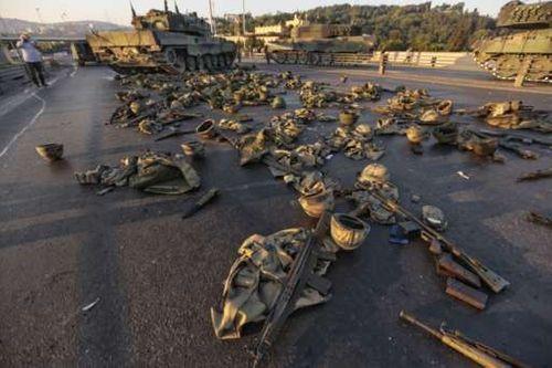 Gần 200 người thiệt mạng, 1.500 người bị bắt do đảo chính ở Thổ Nhĩ Kỳ - Ảnh 1