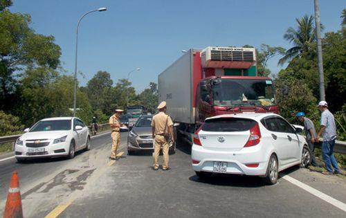 Tai nạn liên hoàn vì ô tô… giảm tốc khi qua khu vực thi công trên QL1A - Ảnh 3