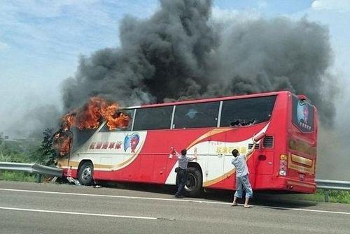 Cháy xe buýt du lịch Đài Loan, 26 người thiệt mạng - Ảnh 1