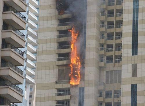 Cháy lớn, lửa ngùn ngụt trên tòa tháp chọc trời Dubai - Ảnh 1