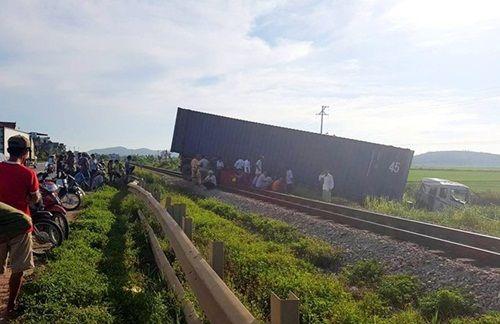 Xe container vắt ngang đường ray, tuyến đường sắt Bắc Nam tắc nghẽn - Ảnh 1