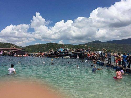 Ninh Thuận: Sập nhà nổi ở vịnh Vĩnh Hy, 3 người có thể đã thiệt mạng - Ảnh 1