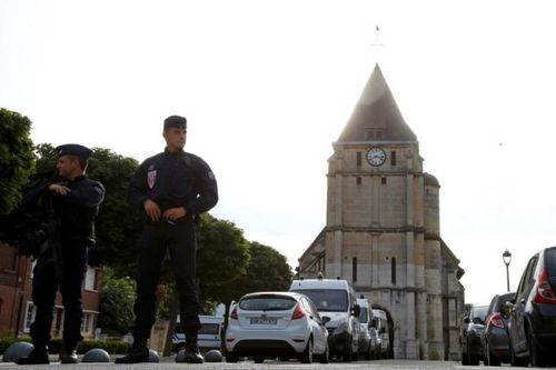 IS tung video hai kẻ tấn công con tin tại nhà thờ Pháp - Ảnh 1