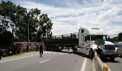 Xe khách đâm container, hơn 40 hành khách hoảng loạn kêu cứu - Ảnh 1
