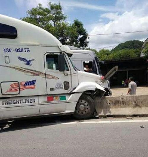 Xe khách đâm container, hơn 40 hành khách hoảng loạn kêu cứu - Ảnh 2