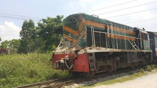 Tàu hỏa tông trúng xe tải, tài xế may mắn bị thương nhẹ  - Ảnh 1