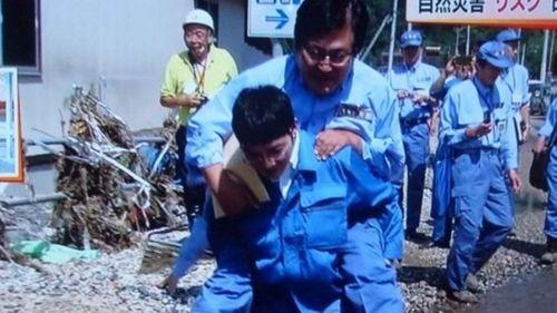 Thứ trưởng Nhật Bản xin lỗi sau khi để cấp dưới cõng qua vũng lầy - Ảnh 1