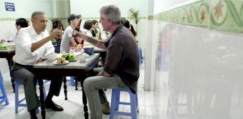 Tổng thống Obama dùng tay thay đũa gắp bún chả ăn ở Việt Nam - Ảnh 1