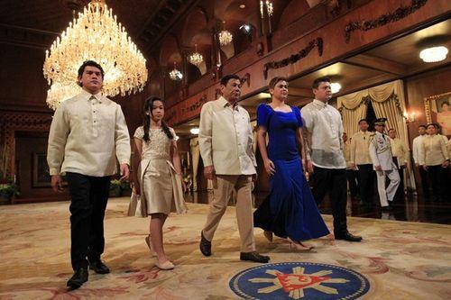 Chuyện tình vị tổng thống cứng rắn của Philippines - Ảnh 4
