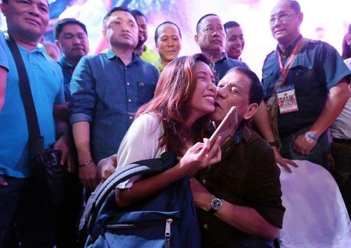 Chuyện tình vị tổng thống cứng rắn của Philippines - Ảnh 1
