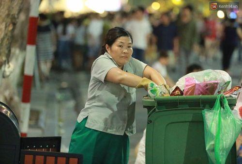 Xả rác bừa bãi, 'dọn không kịp' trên phố đi bộ quanh hồ Gươm - Ảnh 3