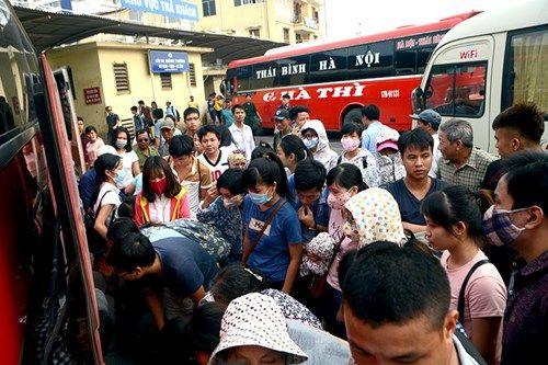Người dân lỉnh kỉnh đồ đạc trở về Thủ đô sau nghỉ lễ - Ảnh 1