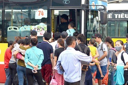 Người dân lỉnh kỉnh đồ đạc trở về Thủ đô sau nghỉ lễ - Ảnh 12