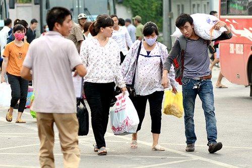 Người dân lỉnh kỉnh đồ đạc trở về Thủ đô sau nghỉ lễ - Ảnh 11