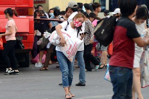 Người dân lỉnh kỉnh đồ đạc trở về Thủ đô sau nghỉ lễ - Ảnh 6