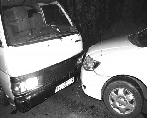 """Màn truy đuổi chiếc xe khách chở gỗ lậu với 4 xe """"bảo vệ"""" - Ảnh 1"""