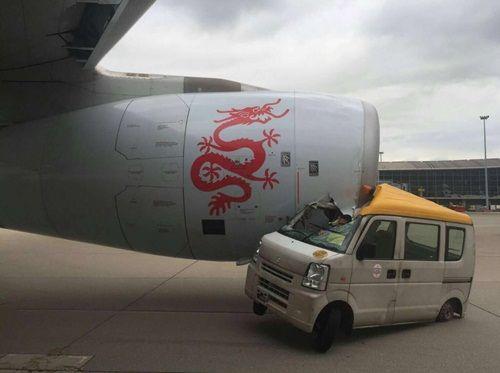 Xe tải đâm trúng máy bay chở gần 300 hành khách - Ảnh 1