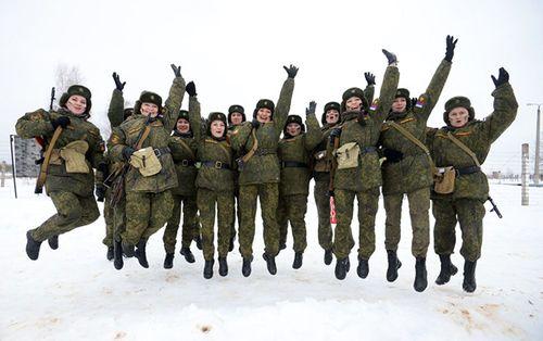 Vẻ đẹp nữ binh Nga dưới lớp quân trang - Ảnh 1