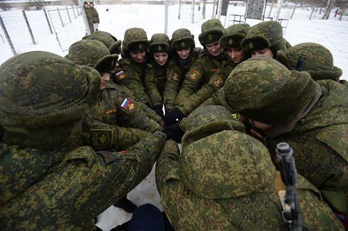 Vẻ đẹp nữ binh Nga dưới lớp quân trang - Ảnh 2