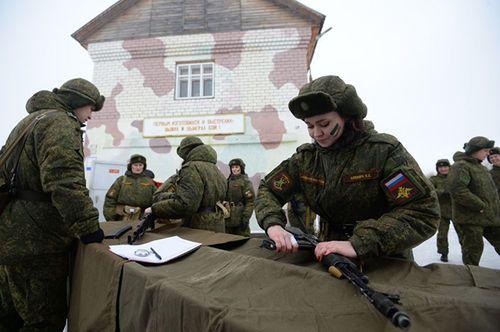 Vẻ đẹp nữ binh Nga dưới lớp quân trang - Ảnh 4