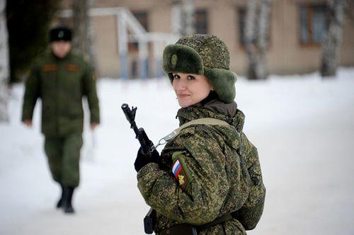 Vẻ đẹp nữ binh Nga dưới lớp quân trang - Ảnh 7