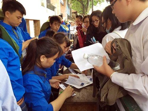 Thí sinh cả nước bắt đầu môn thi đầu tiên kỳ thi THPT quốc gia 2016 - Ảnh 1