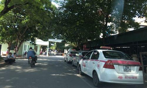 """Sẽ xử lý xe """"dù"""", độc quyền taxi tại bệnh viện Nhi T.Ư - Ảnh 1"""