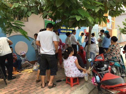 TP. Hồ Chí Minh: Phụ huynh trắng đêm xếp hàng nhập học mẫu giáo cho con - Ảnh 4