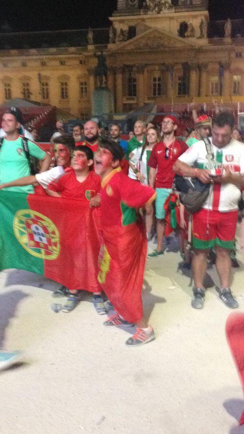 Màn ăn mừng ngập tràn cảm xúc của CĐV Bồ Đào Nha - Ảnh 1