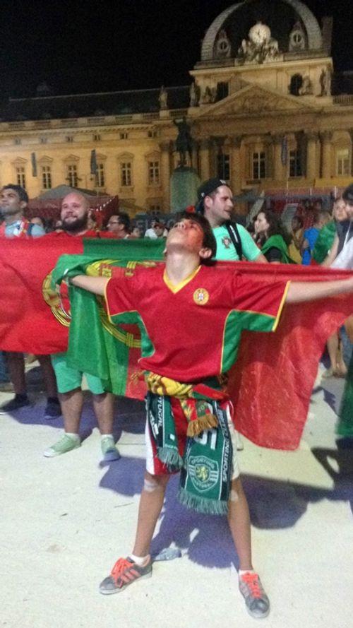 Màn ăn mừng ngập tràn cảm xúc của CĐV Bồ Đào Nha - Ảnh 2