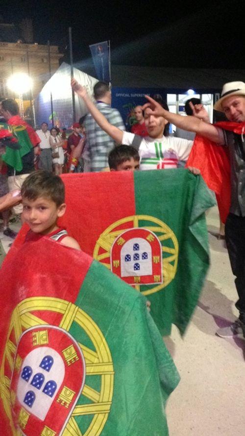 Màn ăn mừng ngập tràn cảm xúc của CĐV Bồ Đào Nha - Ảnh 4