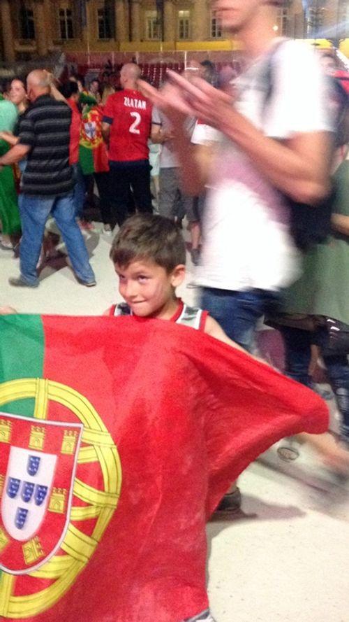 Màn ăn mừng ngập tràn cảm xúc của CĐV Bồ Đào Nha - Ảnh 5