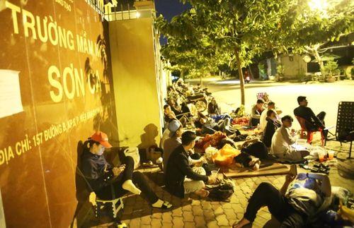 TP. Hồ Chí Minh: Phụ huynh trắng đêm xếp hàng nhập học mẫu giáo cho con - Ảnh 1